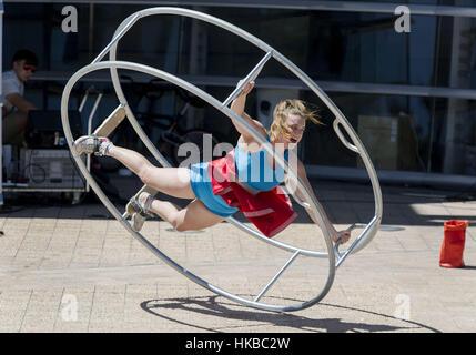 Christchurch, Neuseeland. 28. Januar 2017. Straßenkünstler Hannah Cryle von Melbourne, Australien, führt ihr großes - Stockfoto