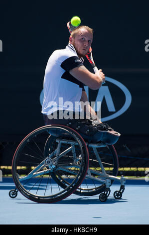 Melbourne, Australien. 28. Januar 2017. Nicolas Peifer von Frankreich gibt den Ball während Männer Rollstuhl Einzel - Stockfoto