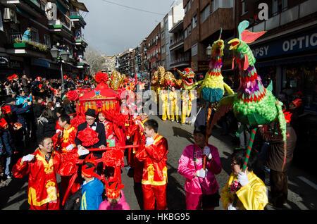 Madrid, Spanien. 28. Januar 2017. Braut und Bräutigam, gefolgt von chinesischen Drachen während des chinesischen - Stockfoto