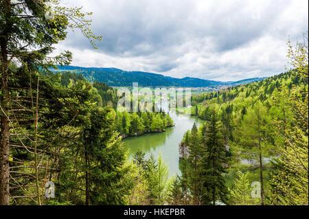 Der Doubs Fluss und Tal auf der Schweizer Seite, stromaufwärts vom Wasserfall Saut du Doubs in der Stadt Les Brenets - Stockfoto