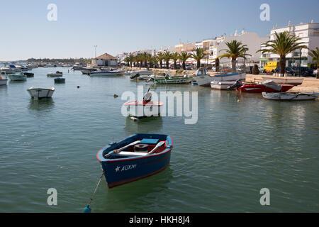 Hafen und die Strandpromenade von Fischerdorf bekannt als Hauptstadt der Oktopus (Hauptstadt Do Polvo), Santa Luzia, Algarve, Portugal, Europa