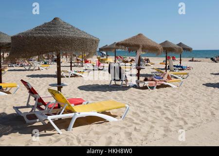 Sonne sand, Liegestühle und Sonnenschirme am weißen Strand, Monte Gordo, Algarve, Portugal, Europa - Stockfoto
