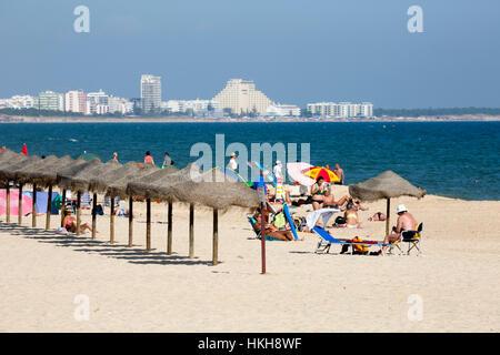 Praia de Manta Rota Strand mit Monte Gordo in Ferne, Manta Rota, Algarve, Portugal, Europa - Stockfoto