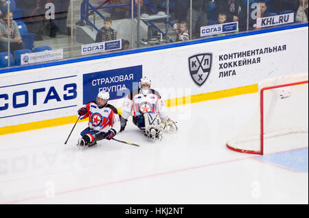 PODOLSK, Russland - 14. Januar 2017: Zwei unbekannte Spieler des Ladoga (blau) Team von Sledge Hockey während Spiel - Stockfoto
