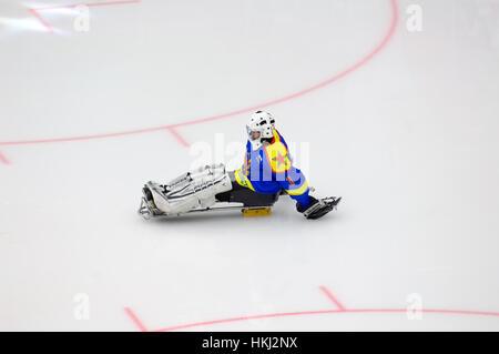 PODOLSK, Russland - 14. Januar 2017: Unidentified Torhüter des Ladoga-Team von Sledge Hockey während Spiel Witjas - Stockfoto
