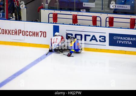 PODOLSK, Russland - 14. Januar 2017: Unbekannte Spieler Ladoga (blau) und Zvezda (weiß) Team von Sledge Hockey während - Stockfoto