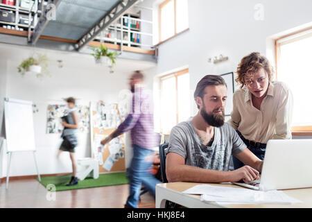 Design-Profis arbeiten am Laptop im Büro - Stockfoto