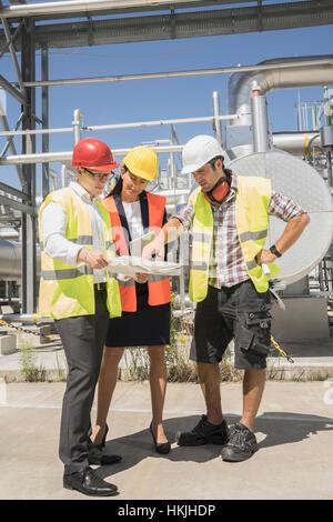 Ingenieur mit seinen Kollegen in Meeting im geothermischen Kraftwerk, Bayern, Deutschland - Stockfoto