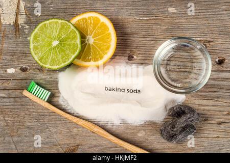 Backen, Limo, Wasser, Zitrone, französischer Schwamm, Zahnbürste und Stahlwolle - Bicarbonate de Soude Backpulver - Stockfoto