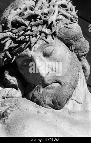 BANSKA STIAVNICA, Slowakei - 19. Februar 2015: Die Details der geschnitzte Statue Christi am Kreuz als Teil des barocken Kalvarienberg