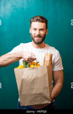 Mann mit Tasche voller Lebensmittel - Stockfoto