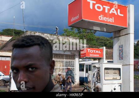 Straßenszene in Gondar Stadt, Äthiopien. Tankstelle auf den Straßen der Innenstadt von Gondar. Gondar ist eine Stadt - Stockfoto