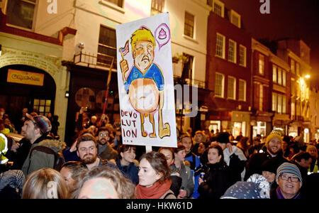 Brighton, UK. 30. Januar 2017. Tausende von Menschen beteiligen sich an einem Anti-Trump-Protest in Brighton heute - Stockfoto