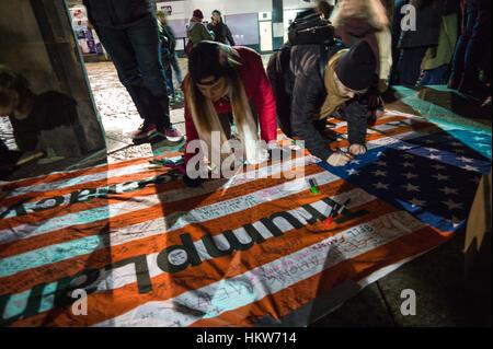 Aberdeen, UK. 30. Januar 2017. Anti-Trump Reisen Ban Protest zieht Hunderte von Menschen in Zentral-Aberdeen, Schottland. - Stockfoto