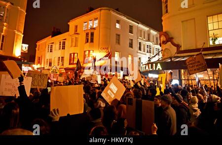Brighton, UK. 30. Januar 2017. Tausende von Menschen gehen auf die Straße in Brighton, wie sie an einem Anti-Trump - Stockfoto