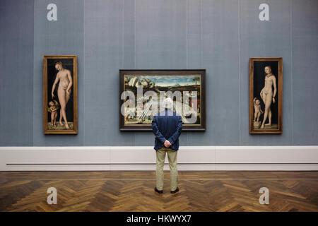Berlin. Deutschland. Ein Besucher, der Blick auf die Arbeit von Lucas Cranach dem älteren in der Gemäldegalerie. - Stockfoto
