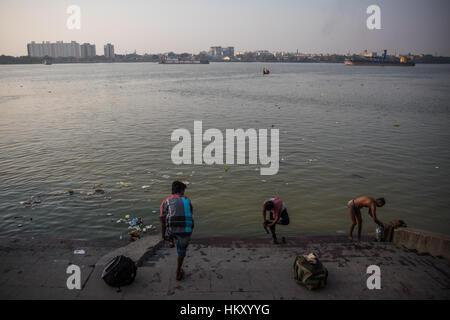 Menschen Batheing auf eines der Ghats am Fluss Hooghly in Kolkata (Kalkutta), West Bengal, Indien. - Stockfoto