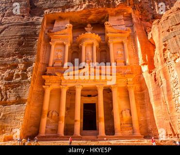 Gelbe, goldene Schatzkammer Morgen Siq Petra Jordanien Petra Jordan.  Treasury 100 v. Chr. von den Nabataens erbaut. - Stockfoto