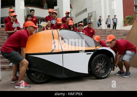 Quezon City, Philippinen. 1. Februar 2017. Studenten der Ingenieurwissenschaften studierte tragen ihren Prototyp - Stockfoto