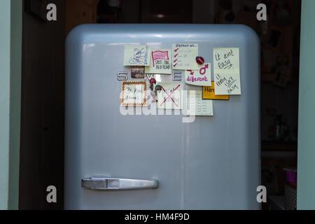 Smeg Kühlschrank Bewertungen : Smeg kühlschrank abgedeckt mit beziehung tipps post it stockfoto