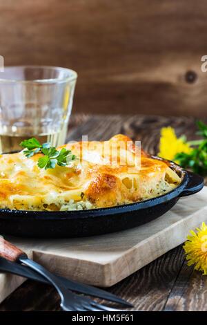 Spinat und Käse Cannelloni gekocht in einer Pfanne erhitzen, italienische Küche - Stockfoto
