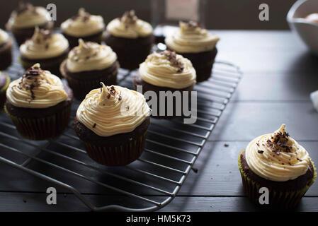 Nahaufnahme der Cupcakes auf Metallrost angeordnet - Stockfoto