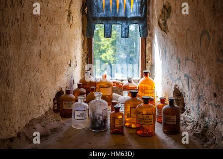 Alte Apotheke Flaschen mit lateinischen Namen. Zimmer der mittelalterlichen Arzt in Burg. - Stockfoto