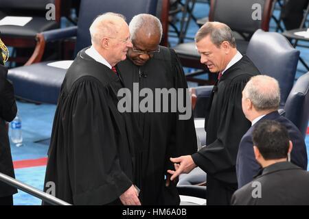 Supreme Court Chief Justice John Roberts, rechts, Gespräche mit Richter Clarence Thomas und Richter Anthony Kennedy, - Stockfoto