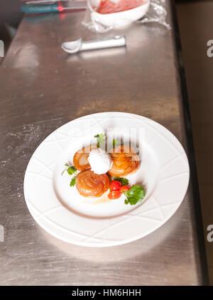 Karamellisierten Zwiebeln mit Eis Starter, zubereitet von Küchenchef Marina Restaurant Hosteria 700 in Cremona, - Stockfoto