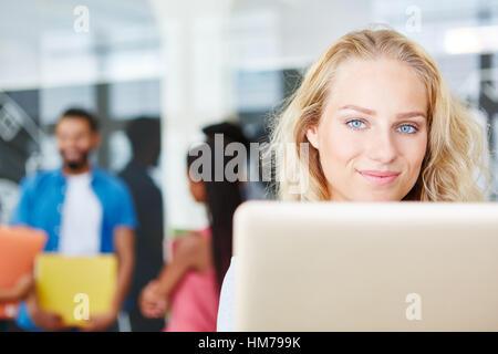Geschäftsfrau, die auf ihrem Computer im Büro arbeiten - Stockfoto