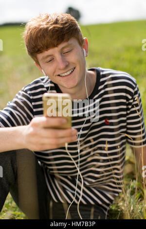 Junge in video chat auf dem iphone - Stockfoto