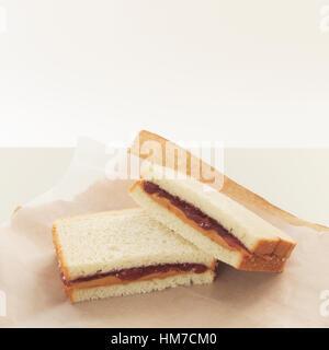 Erdnussbutter und Gelee Sandwiches auf Packpapier - Stockfoto