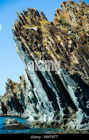 Eine gezackte Elgee Sandsteinformation entlang einer Küstenlinie. - Stockfoto