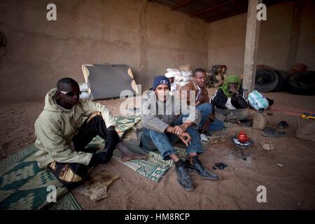 Niger, Agadez, Emigranten über Nacht in einer Garage, die Durchquerung der Wüste warten - Stockfoto