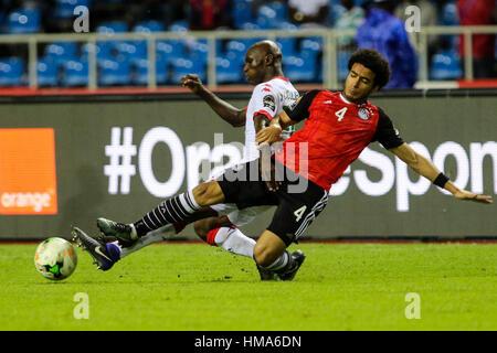 Libreville, Gabun. 1. Februar 2017. Ägyptens Omar Gaber (R) kämpft für den Ball während ein Halbfinalspiel 2017 - Stockfoto