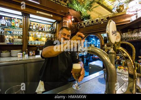 Cerveza ein presion, Café Tortoni, ubicado en el 825 de La Avenida de Mayo, Buenos Aires, Argentinien, Cono Sur, - Stockfoto