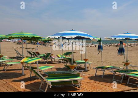 viele Sonnenschirme und Liegestühle am Strandresort im Sommer - Stockfoto