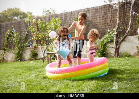 Kinder, die Spaß im Garten Planschbecken - Stockfoto