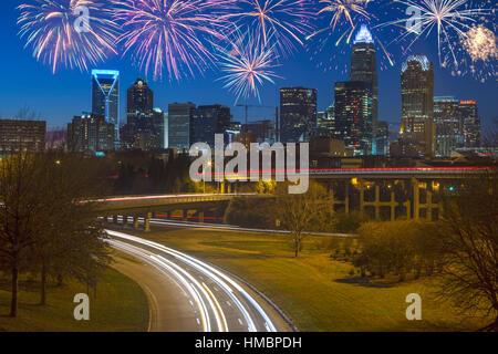AUTOBAHNEN SKYLINE VON UPTOWN CHARLOTTE NORTH CAROLINA USA - Stockfoto