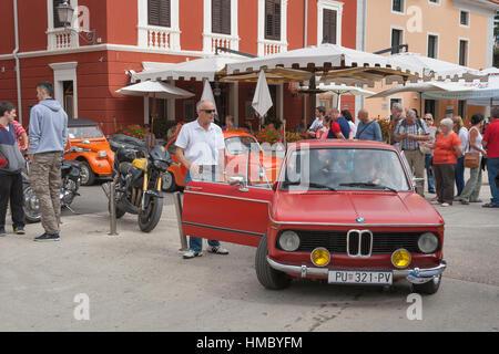 NOVIGRAD, Kroatien - 13. September 2014: Unkenntlich Menschen beobachten die Parade von Oldtimern auf den Straßen - Stockfoto
