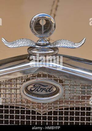 NOVIGRAD, Kroatien - 13. September 2014: Vintage Kühler und das Emblem des Ford Autos auf der 5. internationalen - Stockfoto