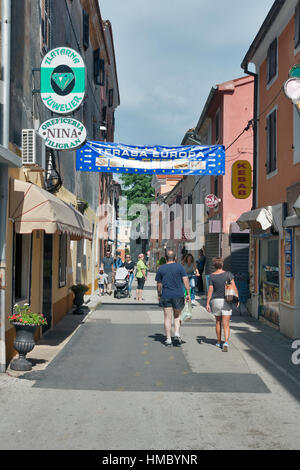 NOVIGRAD, Kroatien - 13. September 2014: Unkenntlich Menschen spazieren schmale Stadtstraße. Novigrad ist eine Stadt - Stockfoto