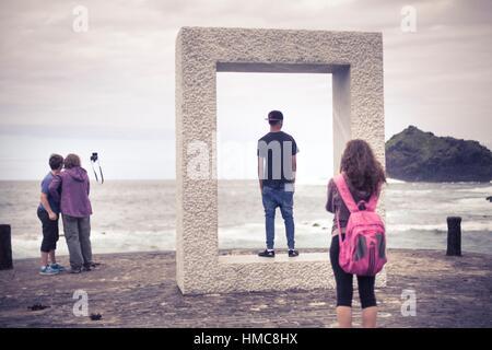 Tourist in Garachico, Teneriffa, Kanarische Inseln, Spain.çTensei Temmoku (´Door ohne Door´) des japanischen Künstlers - Stockfoto