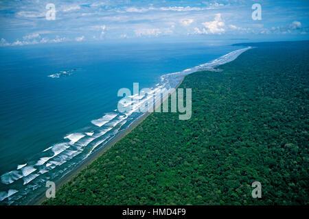 Luftaufnahme von Strand und Regenwald im Corcovado Nationalpark, Osa Halbinsel, Costa Rica. - Stockfoto