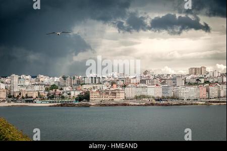 Schwere Gewitter mit Regen und dramatische Wolken über der Stadt Zentrum von A Coruña, Nordspanien - Atlantik. Dunkle - Stockfoto