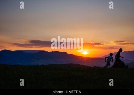 Dorf-Silhouette bei Sonnenuntergang - Stockfoto