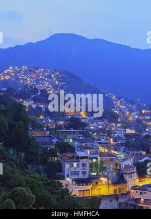 Twilight-Blick auf den Favelas Unidos de Santa Teresa Morro Escondidinho und Morro Dos Prazeres, Rio De Janeiro, - Stockfoto