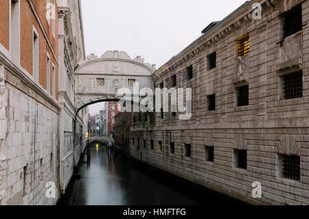 Die Seufzerbrücke, eines der berühmtesten Wahrzeichen von Venedig, Venedig, Veneto, Italien, Europa - Stockfoto