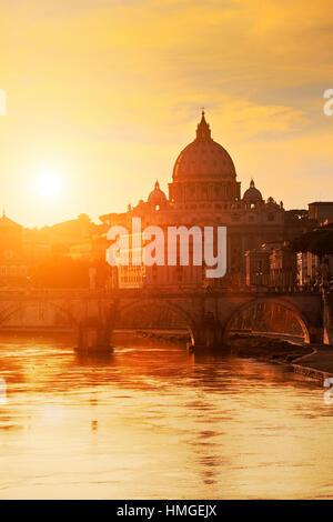 Sonnenuntergang auf der Basilika St. Peter in Rom, Italien - Stockfoto