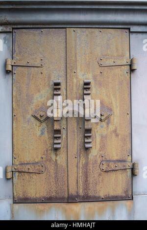 Eisen Fenster des ehemaligen Lagers Naniwa - Stockfoto
